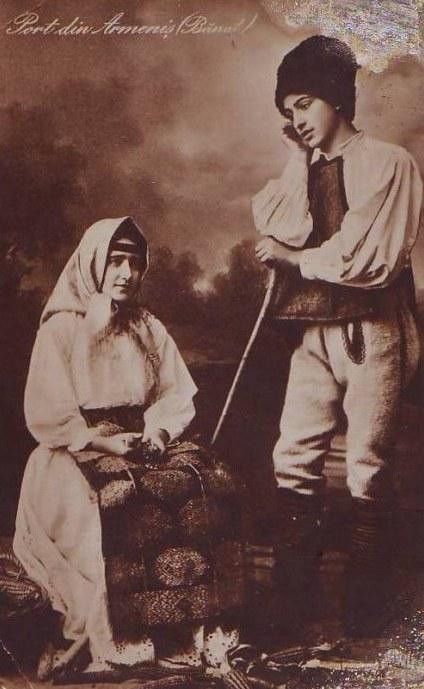 port-popular-din-banat-tanar-si-femeie